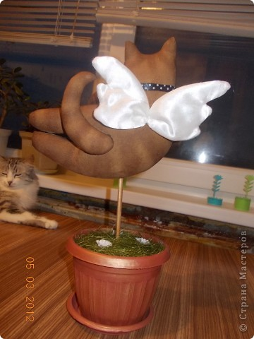 Очень понравились летящие коты Тоне Финангер. решила сделать себе парочку-троечку, поскольку по одной игрушке шить не могу, мозги так устроены неправильно))))). Знакомьтесь, этотпервенец, в лапах держит слоган компании, в которой я работаю)))). фото 7