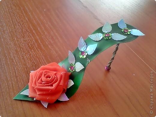 туфелька из бутылочки из под шампуня, проволоки, пае ток и роза из капроновой ленты