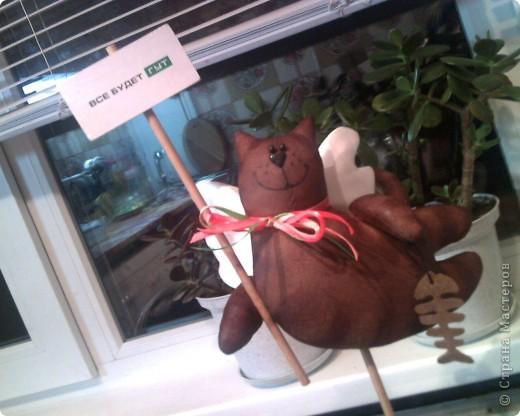 Очень понравились летящие коты Тоне Финангер. решила сделать себе парочку-троечку, поскольку по одной игрушке шить не могу, мозги так устроены неправильно))))). Знакомьтесь, этотпервенец, в лапах держит слоган компании, в которой я работаю)))). фото 3