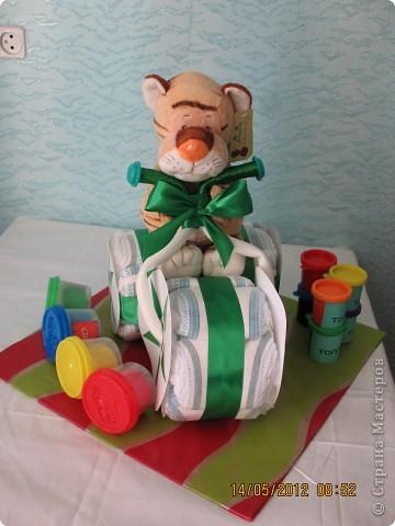 Мотоцикл сделан всего из 20 памперсов-но помоему выглядит объёмно.  Хочу выразить благодарность http://tatver.knysh.us/diapers.php вот этому сайту-там выложен подробный мастер-класс по изготовлению мотоцикла-спасибо большое. фото 5