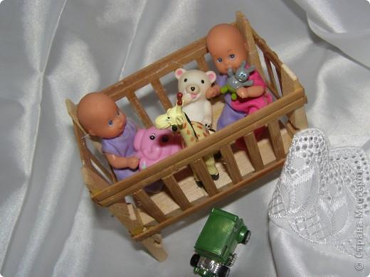 """Смастерилось еще немножко мебелюшки. Кресло-качалку  сделал нам папа, как и другую мебель из прищепок в кукольный дом. Довольно давно сделал, кресло прошло уже """"проверку на прочность"""". Нормально, прочное! Там удобно и Полинкам, и Барби.  фото 9"""