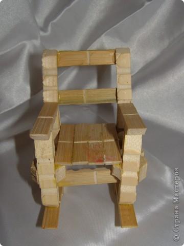 """Смастерилось еще немножко мебелюшки. Кресло-качалку  сделал нам папа, как и другую мебель из прищепок в кукольный дом. Довольно давно сделал, кресло прошло уже """"проверку на прочность"""". Нормально, прочное! Там удобно и Полинкам, и Барби.  фото 2"""
