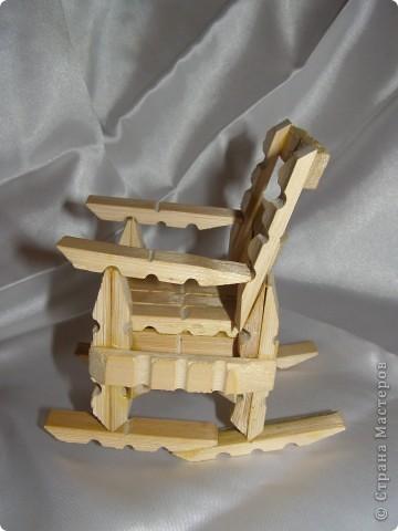 """Смастерилось еще немножко мебелюшки. Кресло-качалку  сделал нам папа, как и другую мебель из прищепок в кукольный дом. Довольно давно сделал, кресло прошло уже """"проверку на прочность"""". Нормально, прочное! Там удобно и Полинкам, и Барби.  фото 3"""