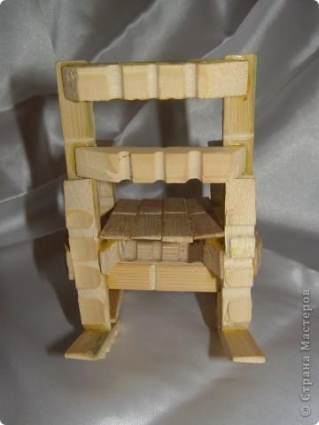"""Смастерилось еще немножко мебелюшки. Кресло-качалку  сделал нам папа, как и другую мебель из прищепок в кукольный дом. Довольно давно сделал, кресло прошло уже """"проверку на прочность"""". Нормально, прочное! Там удобно и Полинкам, и Барби.  фото 4"""