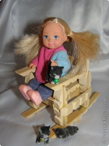 """Смастерилось еще немножко мебелюшки. Кресло-качалку  сделал нам папа, как и другую мебель из прищепок в кукольный дом. Довольно давно сделал, кресло прошло уже """"проверку на прочность"""". Нормально, прочное! Там удобно и Полинкам, и Барби.  фото 1"""