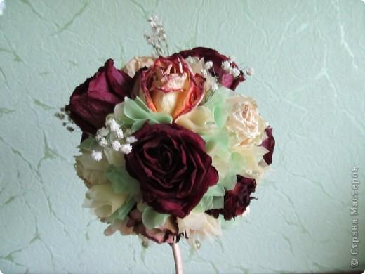 После дня рождения дочери осталось много роз, засушила и вот представила вам  очередной топиарчик из засушенных роз. фото 3