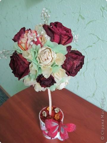 После дня рождения дочери осталось много роз, засушила и вот представила вам  очередной топиарчик из засушенных роз. фото 4