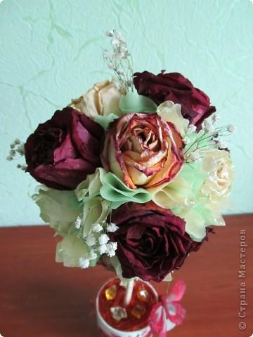 После дня рождения дочери осталось много роз, засушила и вот представила вам  очередной топиарчик из засушенных роз. фото 2