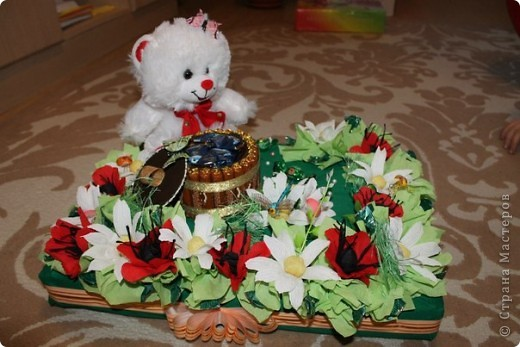 Здравствуй, милая Страна! выставляю свои повторюшки. Огромное спасибо Елене-Ласковое солнышко за ее работы))) Слямзила))) делала для нашей начальницы на день рожденья. В серединке вставлена коробка с чаем(можно вынуть потянув за веревочки) все это спрятано в пенопластовую основу.  фото 2