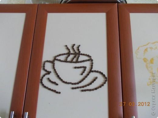 Зерна кофе наклеены горячим клеем украшают дверь шкафа