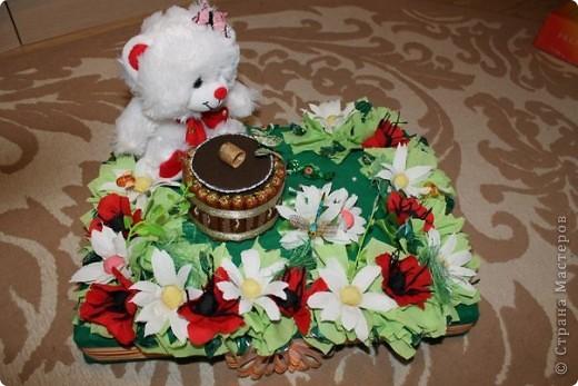 Здравствуй, милая Страна! выставляю свои повторюшки. Огромное спасибо Елене-Ласковое солнышко за ее работы))) Слямзила))) делала для нашей начальницы на день рожденья. В серединке вставлена коробка с чаем(можно вынуть потянув за веревочки) все это спрятано в пенопластовую основу.  фото 1