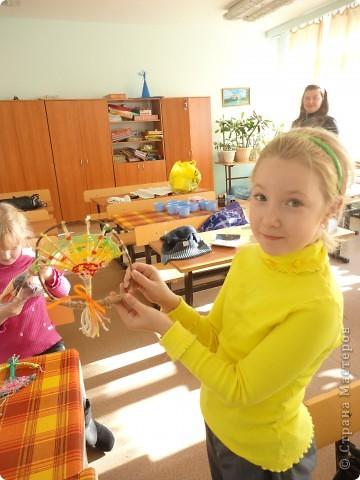 Хочу представить фоторепортаж, как я проводила очередной мастер-класс в школе у своей дочки, я уже писала ранее, что проводила урок по квиллингу, теперь проводила урок по плетению деревьев с МК Татьяны Просняковой http://stranamasterov.ru/node/222858 .  Вот такие деревья для примера сплела я сама Зеленое - Лето и Розовое Весна фото 7