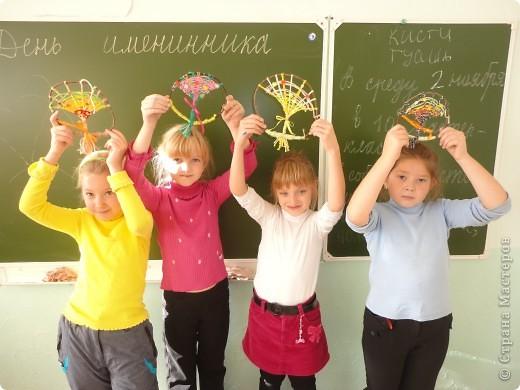 Хочу представить фоторепортаж, как я проводила очередной мастер-класс в школе у своей дочки, я уже писала ранее, что проводила урок по квиллингу, теперь проводила урок по плетению деревьев с МК Татьяны Просняковой http://stranamasterov.ru/node/222858 .  Вот такие деревья для примера сплела я сама Зеленое - Лето и Розовое Весна фото 6