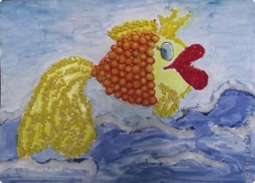 Доброго дня всем! Долгие праздники майские были, в детсад не ходили и решили мы с дочкой ( ей 4, 8 года) нарисовать в садик сказочную золотую рыбку, да не простую а волшебную, и нам кажется что у нас получилось!!! Использовали: клей пва, пшено, горох колотый, манку и соль морскую для короны, вату для пены морской. Сначала я нарисовала рыбку, потом кисточкой с клеем прорисовывала контуры и где нам необходимо приклеить наши украшения, а дочь приклеивала их, после все покрасили акварелью. Вы тоже можете загадать желание ))) и оно ОБЯЗАТЕЛЬНО СБУДЕТСЯ!!!! фото 1