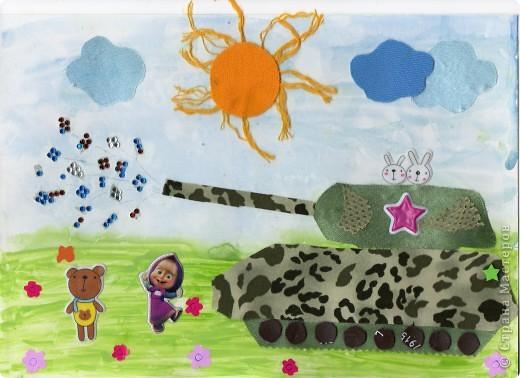 """9 мая первый раз повели Кирюшу к монументу """"Родина-Мать"""". Восторгу малявки не было предела )))) Удивительно как ребенка в 1 год и 8 месяцев могут впечатлить танки, пушки, самолеты и вертолеты. Вот такой танк с """"такитами"""" (танкистами-зайцами) и салютом мы с сынулей сделали. Деть, как обычно, все сам намазюкивал клеем. Помогал маме к диску солнышка приклеивать лучики, а потом сам это солнышко и приклеил. Тучки, колеса, цветочки и наклейки - сам (я только чуть-чуть подсказывала куда). Стразы для салюта сам отдирал от основы и даже 6 шт. приклеил, потом просто подавал мне (не понравилось, что стразы приклеиваются к пальцам). фото 1"""