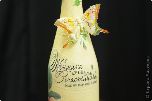 Здравствуйте жители Страны, представляю бутылку шампанского для женщины в подарок на день ее рождения. Сделана за один день в классическом декупаже, т.е ничего лишнего, только салфетки 2-х видов, подрисовка, текст распечатка истонченная на обычной офисной бумаге, лак акриловый.  фото 3