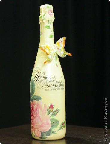 Здравствуйте жители Страны, представляю бутылку шампанского для женщины в подарок на день ее рождения. Сделана за один день в классическом декупаже, т.е ничего лишнего, только салфетки 2-х видов, подрисовка, текст распечатка истонченная на обычной офисной бумаге, лак акриловый.  фото 6