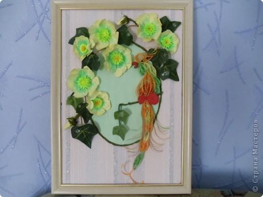 Попугайчик выполнен в технике квиллинг. Цветы - бумагопластика. Листочки от искуственного цветка. фото 4