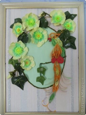 Попугайчик выполнен в технике квиллинг. Цветы - бумагопластика. Листочки от искуственного цветка. фото 1