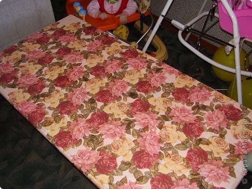 Подарок для родителей. Старый обшарпаный стол превратился в розовую поляну фото 1