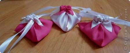 Попросили меня подумать над оригинальной упаковкой парфюма и я вспомнила про омияге-пирамидки. Попробовала сшить, но это занятие показалось мне долгим и я решила попробовать вырезать заготовки для пирамидок из ткани.  Вот что из этого получилось...  фото 1