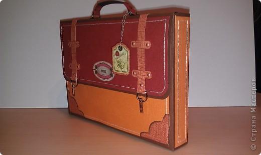 1.Ну вот, собственно и подарок.Правда здесь пока видна только упаковочка к подарку. Выполнена в виде портфеля. Идея не моя. Нашла в инете. Ну, а  дизайн мой. Вид спереди. фото 2