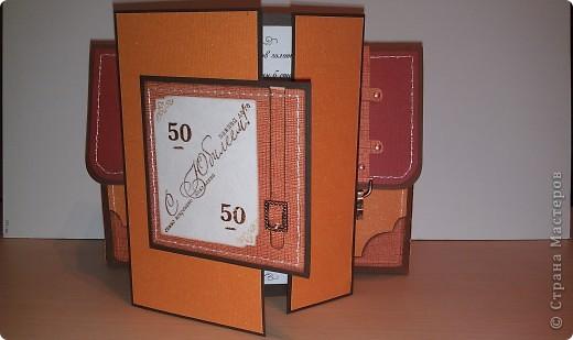 1.Ну вот, собственно и подарок.Правда здесь пока видна только упаковочка к подарку. Выполнена в виде портфеля. Идея не моя. Нашла в инете. Ну, а  дизайн мой. Вид спереди. фото 6