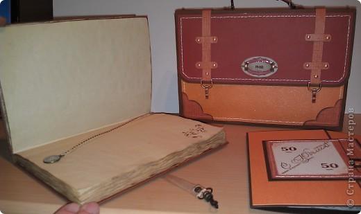1.Ну вот, собственно и подарок.Правда здесь пока видна только упаковочка к подарку. Выполнена в виде портфеля. Идея не моя. Нашла в инете. Ну, а  дизайн мой. Вид спереди. фото 10