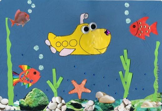 Посмотрели с Кирюшей мультик про подводную лодку Олли, вдохновились и сотворили вот такой коллаж. Ребенок старательно вазюкал все элементы клеем, сам приклеил лодку, рыбок, звезду, пузырьки и правую водоросль. Стразики на рыбке - тоже его работа. Хватило сына и на 4 страза на фон - остальные доклеивала я в те места, куда повелительно тыкал его палец :)))