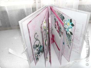 Миниальбом в подарок моей дочери. Она очень любит розовое, а так как у меня на данный момент не оказалось под рукой розовой бумаги, я решила попробовать сделать ее сама фото 2