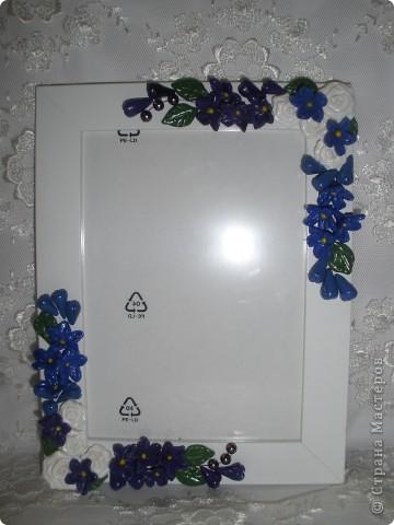 Фоторамка Фиолет №2.(Фото 050) обтянута тканью,украшена цветами из ракушки,радужным бисером,сваровски,для фото 10х15 см. фото 21