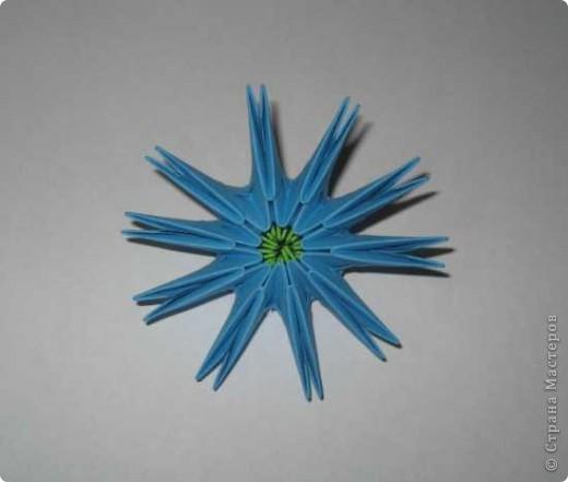 Для изготовления одного цветка василька вам потребуется: 70 голубых, 10 синих и 10 зеленых треугольных модулей и для сердцевинки цветка 1 модуль кусудамы синего цвета. фото 4