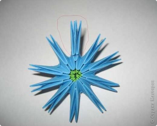 Для изготовления одного цветка василька вам потребуется: 70 голубых, 10 синих и 10 зеленых треугольных модулей и для сердцевинки цветка 1 модуль кусудамы синего цвета. фото 5