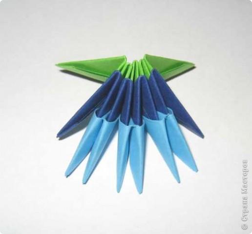 Для изготовления одного цветка василька вам потребуется: 70 голубых, 10 синих и 10 зеленых треугольных модулей и для сердцевинки цветка 1 модуль кусудамы синего цвета. фото 2