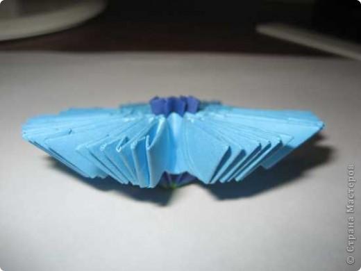 Для изготовления одного цветка василька вам потребуется: 70 голубых, 10 синих и 10 зеленых треугольных модулей и для сердцевинки цветка 1 модуль кусудамы синего цвета. фото 12