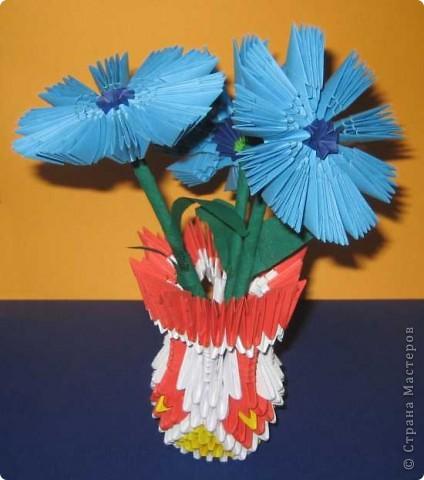 Для изготовления одного цветка василька вам потребуется: 70 голубых, 10 синих и 10 зеленых треугольных модулей и для сердцевинки цветка 1 модуль кусудамы синего цвета. фото 19