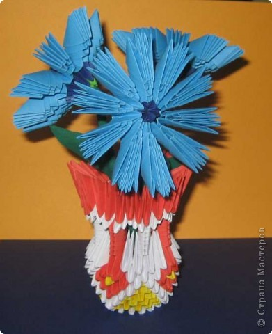 Для изготовления одного цветка василька вам потребуется: 70 голубых, 10 синих и 10 зеленых треугольных модулей и для сердцевинки цветка 1 модуль кусудамы синего цвета. фото 1