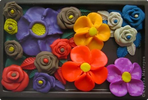 """Здравствуйте, дорогие Мастерицы:) Сегодня я о цветах:) Всё началось с фиалочек: после трёх работ, выполненных с этими цветочками, мне стали приходить вопросы о том, как я их собираю, как клею на бокал и т.д. Видимо, на """"СМ"""" пока распостранены только мастер-классы с розами, а других цветочков - раз, два и обчёлся:) Сам МК по фиалочкам я увидела вот здесь: http://stranamasterov.ru/node/248434?tid=451%2C1287 и через некоторое время решила их слепить. Что получилось в первый раз, можно посмотреть тут: http://stranamasterov.ru/node/334996 Мастер-класс составляла умница Оля, он очень подробный и понятный, я же для вас сфотографировала основные этапы """"сборки"""" фиалочек, более подробно этот процесс можно посмотреть, пройдя по вышеуказанной ссылке:) фото 7"""