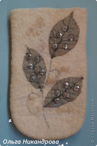 Чехол для сотового телефона. Материал -  шерсть меринос 18 мкр, шерстяные неппсы, волокна вискозы, скелетированные листья каучукового дерева, пайетки.