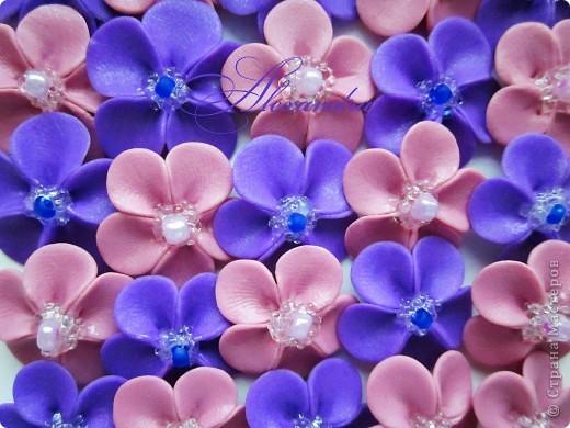 """Здравствуйте, дорогие Мастерицы:) Сегодня я о цветах:) Всё началось с фиалочек: после трёх работ, выполненных с этими цветочками, мне стали приходить вопросы о том, как я их собираю, как клею на бокал и т.д. Видимо, на """"СМ"""" пока распостранены только мастер-классы с розами, а других цветочков - раз, два и обчёлся:) Сам МК по фиалочкам я увидела вот здесь: http://stranamasterov.ru/node/248434?tid=451%2C1287 и через некоторое время решила их слепить. Что получилось в первый раз, можно посмотреть тут: http://stranamasterov.ru/node/334996 Мастер-класс составляла умница Оля, он очень подробный и понятный, я же для вас сфотографировала основные этапы """"сборки"""" фиалочек, более подробно этот процесс можно посмотреть, пройдя по вышеуказанной ссылке:) фото 6"""