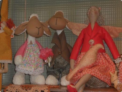 Сейчас в Воронеже проходит выставка кукол. Работы невероятные! Представленные техники потрясают воображение! Параллельно проходят мастер-классы по многим видам рукоделия. Обязательно досмотрите до конца - самые удивительные работы - последние. фото 4