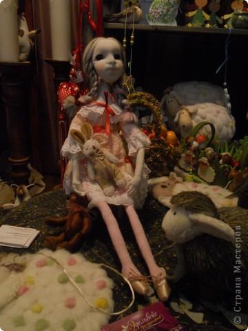 Сейчас в Воронеже проходит выставка кукол. Работы невероятные! Представленные техники потрясают воображение! Параллельно проходят мастер-классы по многим видам рукоделия. Обязательно досмотрите до конца - самые удивительные работы - последние. фото 13