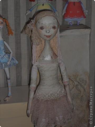 Сейчас в Воронеже проходит выставка кукол. Работы невероятные! Представленные техники потрясают воображение! Параллельно проходят мастер-классы по многим видам рукоделия. Обязательно досмотрите до конца - самые удивительные работы - последние. фото 17