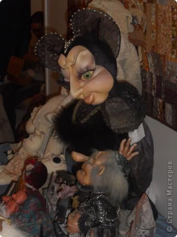 Сейчас в Воронеже проходит выставка кукол. Работы невероятные! Представленные техники потрясают воображение! Параллельно проходят мастер-классы по многим видам рукоделия. Обязательно досмотрите до конца - самые удивительные работы - последние. фото 31