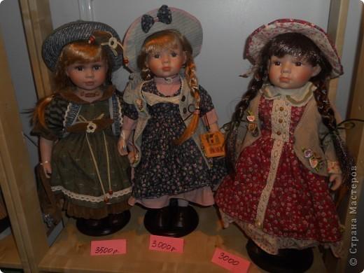 Сейчас в Воронеже проходит выставка кукол. Работы невероятные! Представленные техники потрясают воображение! Параллельно проходят мастер-классы по многим видам рукоделия. Обязательно досмотрите до конца - самые удивительные работы - последние. фото 50