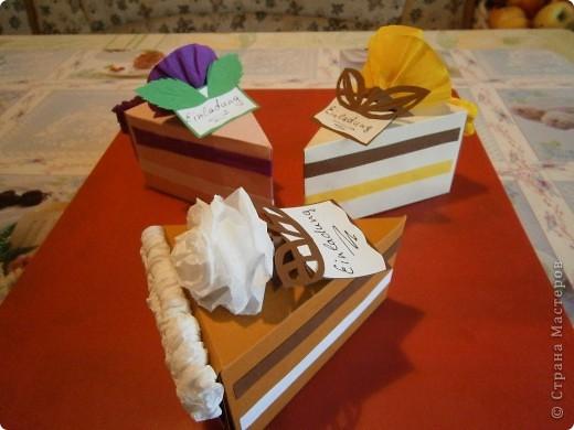 Доброго всем дня,или ночи. Скоро у моей дочки день рождения и мы решили сделать интересные приглашения-я нашла такие тортики здесь же на сайте, только они были с поздравлениями, а мы сделали как приглашения на день рождения. фото 1
