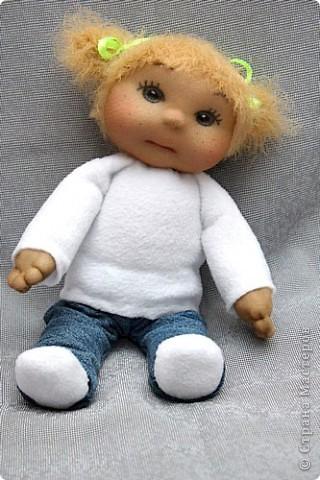 Здравствуйте дорогие жители СМ! Вот я к вам с новыми работами. Это вторая куколка из серии малышек. Сделана из капрона. Фото только одно, так как еле успела сфотографировать в процессе пошива. У неё ещё и пуговицы и другие шикарные бантики и рюшечки. Но её уже у меня забрали... фото 1