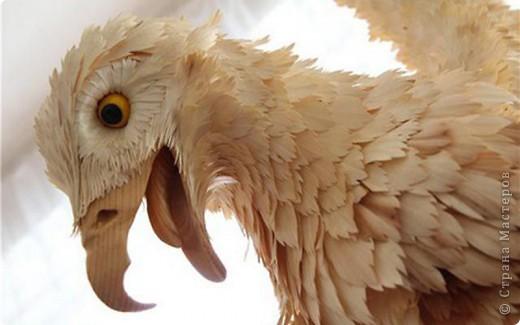 Сибирский скульптор Сергей Бобков работает обычным школьным учителем самой обычной провинциальной школы.  Он делает скульптуры зверей из стружки в натуральную величину.  С помощью стружки он даже имитирует шерсть и пух. Потрясающие работы. фото 10