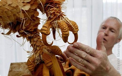 Сибирский скульптор Сергей Бобков работает обычным школьным учителем самой обычной провинциальной школы.  Он делает скульптуры зверей из стружки в натуральную величину.  С помощью стружки он даже имитирует шерсть и пух. Потрясающие работы. фото 11