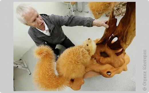 Сибирский скульптор Сергей Бобков работает обычным школьным учителем самой обычной провинциальной школы.  Он делает скульптуры зверей из стружки в натуральную величину.  С помощью стружки он даже имитирует шерсть и пух. Потрясающие работы. фото 12